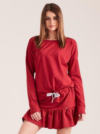 Bordowa sukienka oversize z falbaną