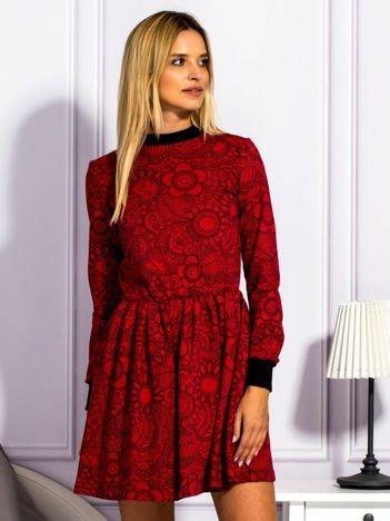 Bordowa sukienka w ornamentowe wzory