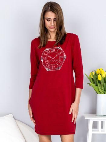 Bordowa sukienka z zegarem z dżetów