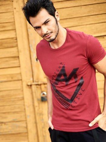 Bordowy t-shirt męski z nadrukiem sportowym