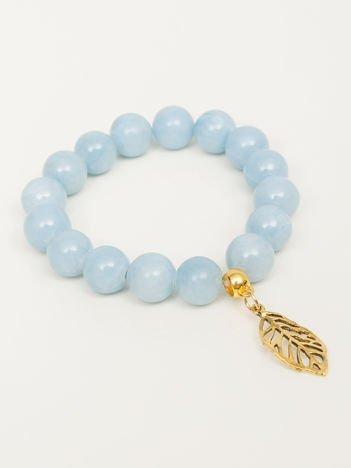 Bransoletka damska jasnobłękitna z perełkami i złotą zawieszką w postaci ażurowago listka