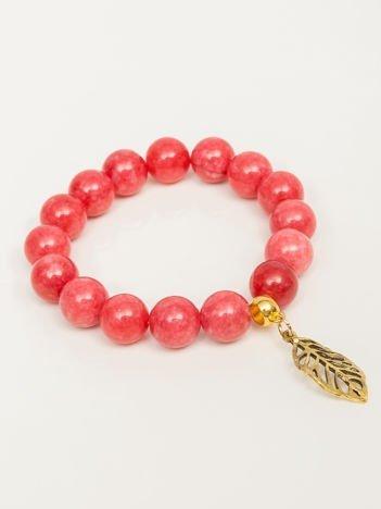 Bransoletka damska jasnoczerwona z perełkami i złotą zawieszką w postaci ażurowago listka