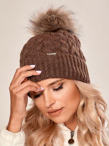 Brązowa czapka ze ściągaczem i pomponem