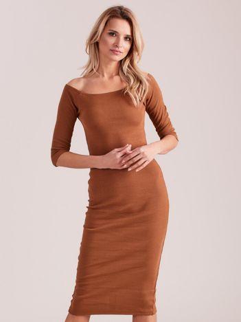 Brązowa prążkowana sukienka odsłaniająca ramiona