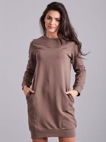 Brązowa sukienka dresowa z kieszeniami