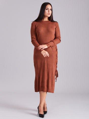 Brązowa sukienka dzianinowa z bocznym sznurowaniem