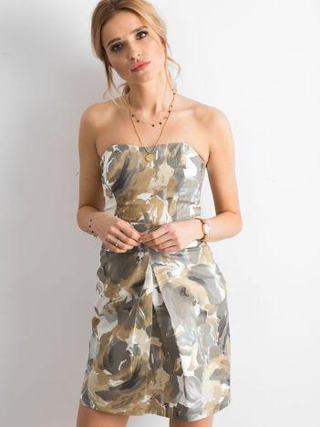 Brązowa sukienka koktajlowa w malarskie desenie