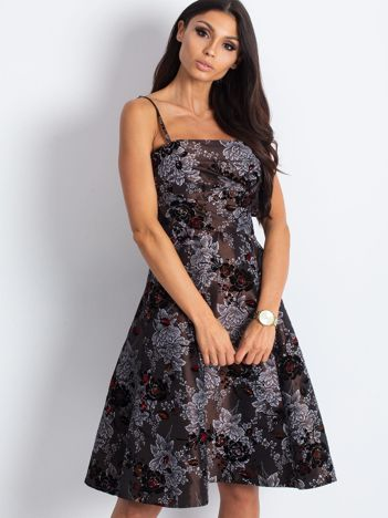 Brązowa sukienka koktajlowa z kwiatowym motywem