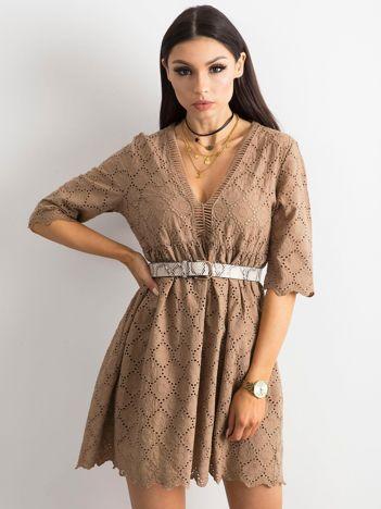 Brązowa sukienka o luźnym kroju
