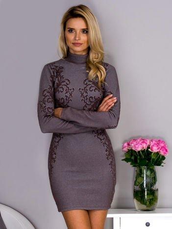Brązowa sukienka o wypukłej fakturze