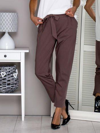 Brązowe materiałowe spodnie z wiązaniem
