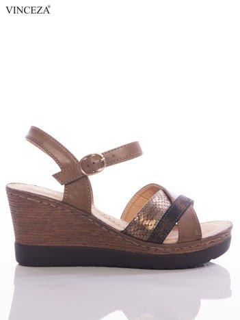 Brązowe sandały na koturnach Vinceza z brokatowym, wężowymi paskami na przodzie