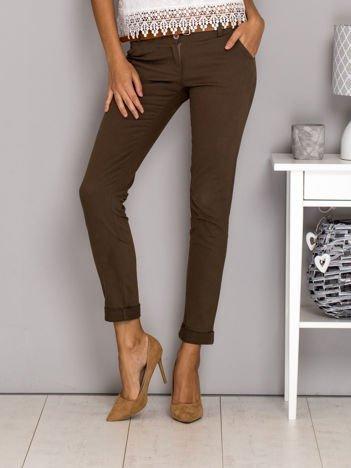 Brązowe spodnie materiałowe z paskiem