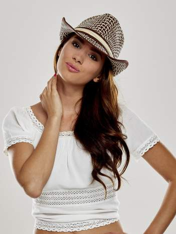 Brązowy kapelusz słomiany z dużym rondem i ciemną wstążką