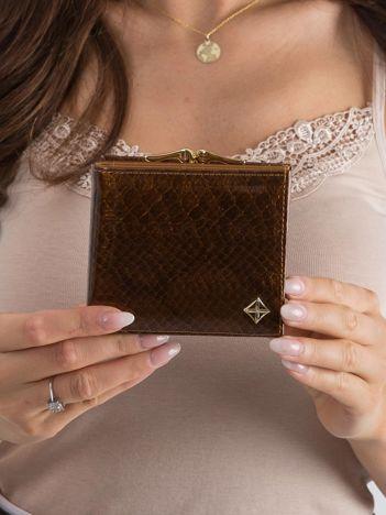 Brązowy lakierowany portfel w zwierzęcy wzór