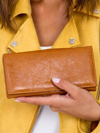 Brązowy portfel z zapięciem na bigiel