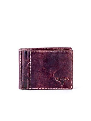 Brązowy skórzany portfel męski z tłoczonym emblematem