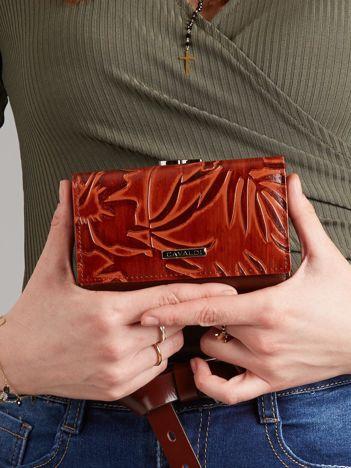 Brązowy skórzany portfel z tłoczonym wzorem
