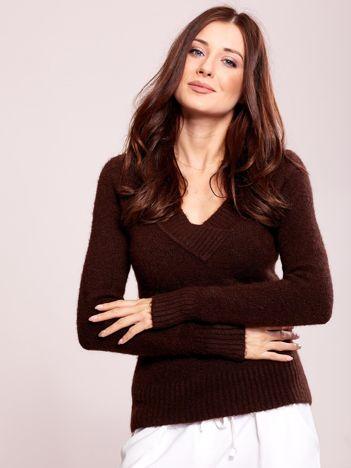 Brązowy sweter damski w serek