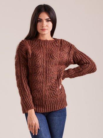 Brązowy sweter o szerokim splocie