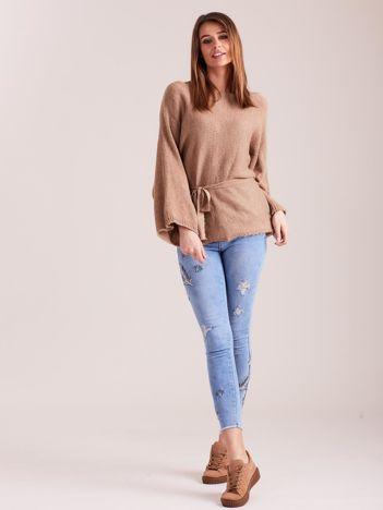 Brązowy sweter z szerokimi rękawami