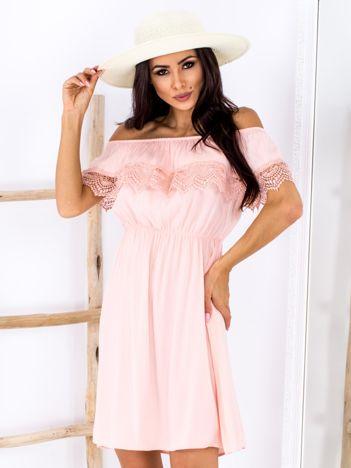 Brzoskwiniowa sukienka hiszpanka mini z falbanką przy dekolcie
