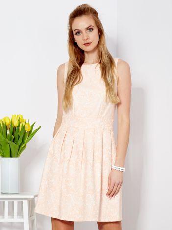 Brzoskwiniowa sukienka z kontrafałdami