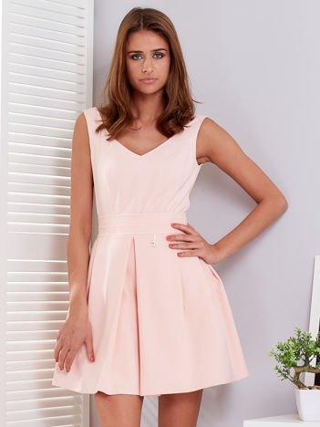 Brzoskwiniowa sukienka z rozkloszowanym dołem