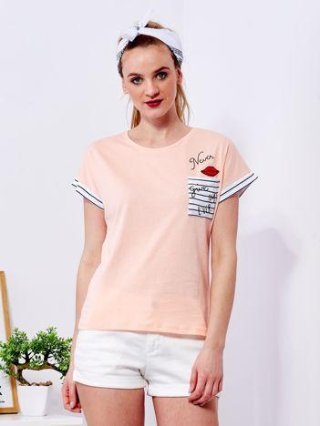 Brzoskwiniowy t-shirt z kieszonką i naszywką