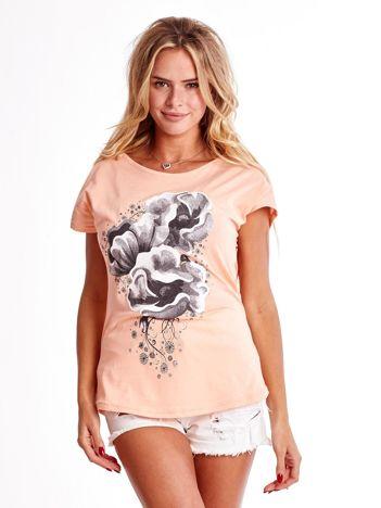 Brzoskwiniowy t-shirt z motywem roślinnym