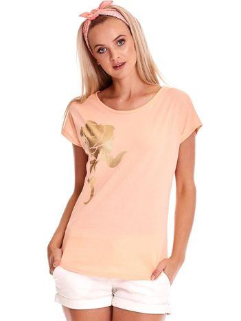 Brzoskwiniowy t-shirt ze złotą różą