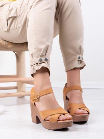 Camelowe sandały MULANKA na platformie i obcasach