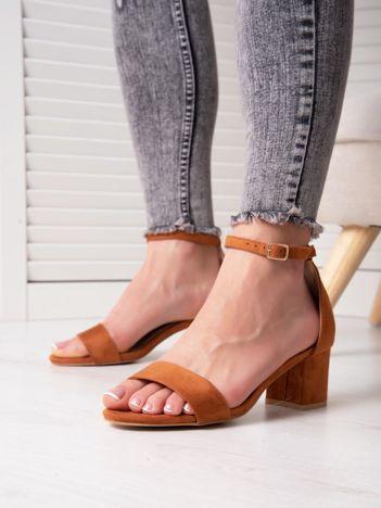 Camelowe sandały z eco zamszu na niskim klocku z zapięciem na pasek