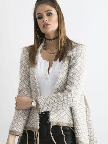 Ciemnobeżowy sweter z frędzlami