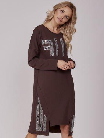 Ciemnobrązowa sukienka z perełkami i dżetami