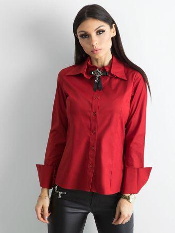 Ciemnoczerwona koszula z broszką
