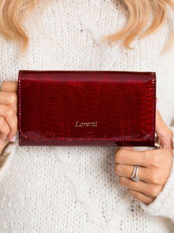 Ciemnoczerwony lakierowany portfel ze wzorem