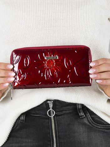 Ciemnoczerwony portfel damski w kwiaty