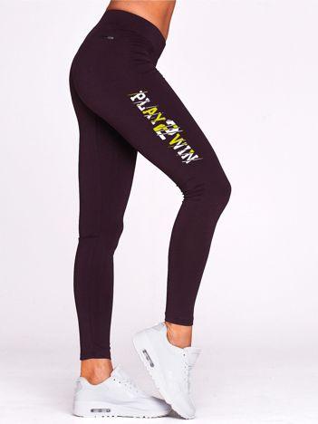 Ciemnofioletowa legginsy fitness z nadrukiem z boku