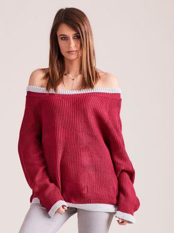 Ciemnofuksjowy sweter oversize z odkrytymi ramionami
