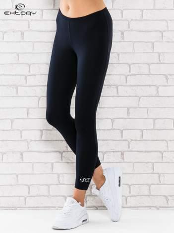 Ciemnogranatowe legginsy sportowe termalne z patką z dżetów