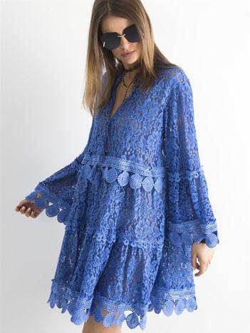 Ciemnoniebieska koronkowa sukienka