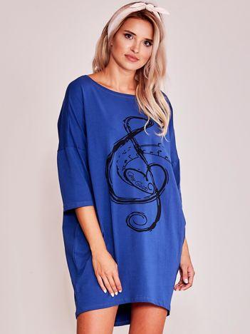 Ciemnoniebieska sukienka oversize z nadrukiem