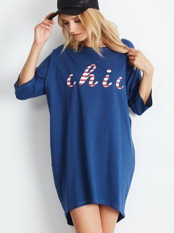 Ciemnoniebieska sukienka oversize z napisem