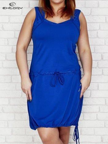 Ciemnoniebieska sukienka sportowa z wiązaniem