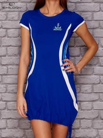 Ciemnoniebieska sukienka z marynarskimi motywami