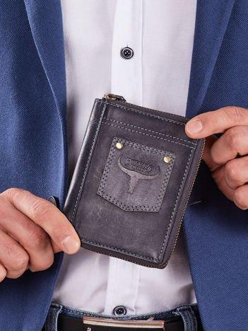 Ciemnoniebieski pionowy portfel z naszywką