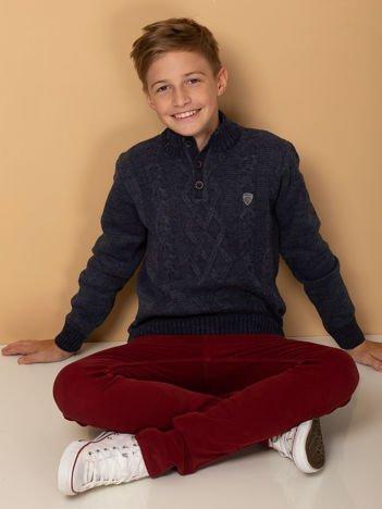 Ciemnoniebieski sweter dla chłopca wkładany przez głowę