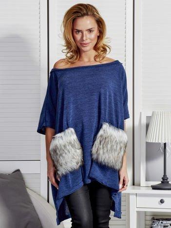 Ciemnoniebieski sweter z futrzanymi kieszeniami