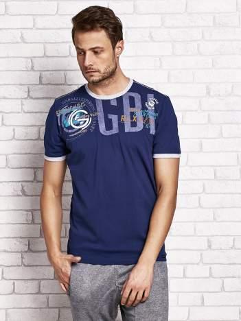 Ciemnoniebieski t-shirt męski z aplikacjami i napisami